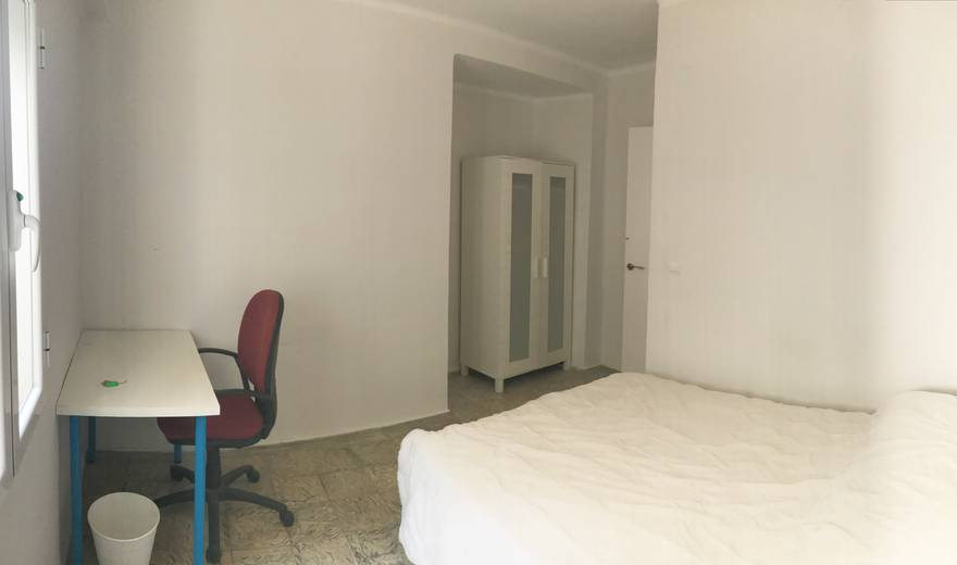 Spacious room in the center of Cordoba.